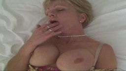 La mature britannique Jane Bond se caresse en solo - Vidéo porno hd
