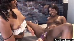 Les lesbiennes black Sydnee Capri et Janea Jolie se donnent du plaisir avec des sextoys