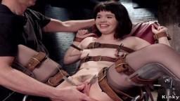 La jeune asiatique Yhivi attachée à un fauteuil dans un donjon pour son bdsm - Vidéo porno hd