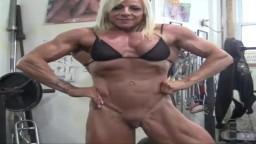 La bodybuildeuse Lacey s'entraîne à demi-nue - Vidéo porno hd