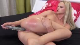 La blondinette tchèque Katy Sky se couvre de pisse et se gode - Vidéo porno hd