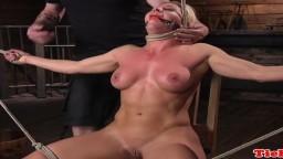 La milf blonde Ariel XXX se fait flageller jusqu'à ce qu'elle éjacule - Vidéo porrno bdsm