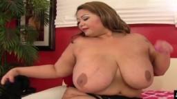 La grosse asiatique aux seins énormes Miss Lingling fait éjaculer un mec - Vidéo porno hd
