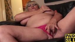 Cette grosse femme mature britannique joue avec sa chatte - Vidéo porno hd