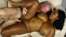 La grosse black Marie Leone lui fait profiter de ses seins énormes - Vidéo porno hd