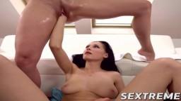 La jeune lesbienne Nicole Love accomplit un fisting sur Angel Piaff - Vidéo porno hd