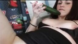 Une jeune hollandaise s'enfonce un concombre et une banane - Vidéo porno hd