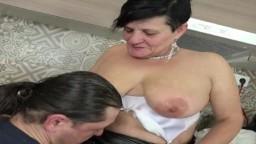 Il séduit une grand-mère allemande pour la baiser - Vidéo porno hd
