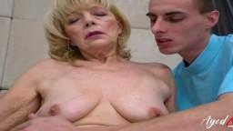 La grand-mère Janet Lesley profite de l'attention de son jeune amant - Vidéo porno hd