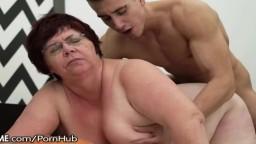 Une grand-mère obèse perforée par la queue d'un jeune étalon - Vidéo porno hd