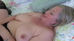 Cette grand-mère a une relation sexuelle avec un jeune guitariste - Vidéo porno hd