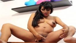 Danse et masturbation d'une femme latine enceinte - Vidéo porno hd