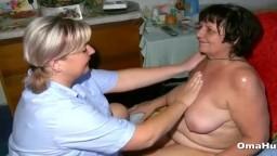 Une grand-mère se fait masser la chatte par une lesbienne - Vidéo porno hd