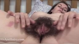 La britannique Effy étire les poils de sa chatte - Vidéo porno hd