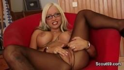 La jeune blonde allemande Sexy Cora déchire son collant pour se masturber - Vidéo porno hd