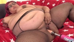 La grosse Veruca Darling pour une masturbation intense avec une machine à baiser
