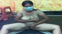 La masturbation d'une milf indienne avec des gros seins - Partie 1