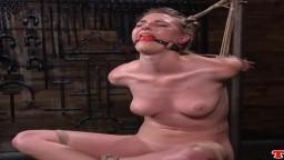 L'américaine Ashley Lane fouettée avec fessée dans un donjon de bdsm