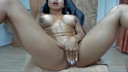 Une bodybuildeuse musclée colombienne se gode les trous à la webcam