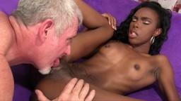 La petite black Shyra Foxx baisée par un homme blanc agé