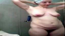 Une femme mature israélienne filmée en caméra cachée dans sa salle de bain