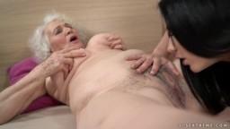 Une vieille grand-mère lesbienne se fait lécher ses trous poilus