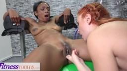 Scène lesbienne interraciale dans la salle de sport entre la black Lola Marie et la russe Eva Berger