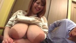 Ce mec s'amuse avec les énormes seins naturels d'une femme japonaise