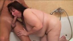 Une grosse femme mature amatrice baisée par une jeune dans la salle de bain