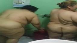 Deux grosses femmes matures iraquiennes dans la douche