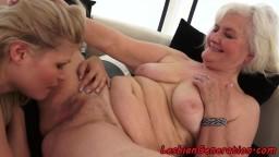 La jeune lesbienne hongroise Kitty Rich se masturbe avec la grand-mère Judi