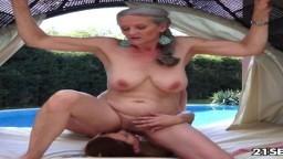 La hongroise Candy Sweet a une relation sexuelle avec une grand-mère lesbienne