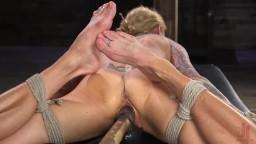 La milf blonde athlétique Sarah Jessie durement pénétrée pendant son bdsm