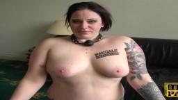 La femme ronde britannique Elouise Lust dans une séance de soumission