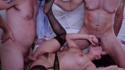 L'italienne Valentina Nappi se fait chauffer les trous par deux mecs