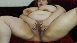 Cette grosse femme joue avec ses énormes seins et se masturbe