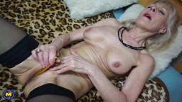 La grand-mère britannique Elaine a un orgasme avec un tout petit sextoy