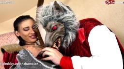 Une beurette française déguisée en petit chaperon rouge se fait niquer par le grand méchant loup