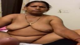 Une femme mature indienne se met nue devant son homme - Vidéo porno hd