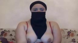 Une arabe en hijab montre ses nibards à la webcam - Vidéo porno