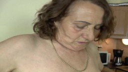 Une grand-mère allemande se tape un petit jeune dans la cuisine
