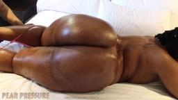 La grosse nympho africaine Leoni expose son énorme cul et se masturbe