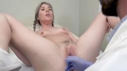 La jeune Vienne Rose fait son checkup annuel chez le gynéco et ça se termine en sexe anal