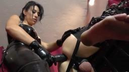 Cette dominatrice déchire le cul d'un homme avec un gros gode ceinture