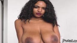 La belle brésilienne avec des gros seins naturels Tina Fire baisée par un vieux avec une petite bite