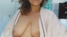 Cette fille arabe presse ses grosse mamelles dans la salle de bain