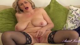 La femme mature anglaise Camilla Creampie prend du plaisir en solo