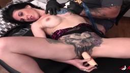 L'américaine Marie Bossette se gode pendant qu'on lui fait un tatouage