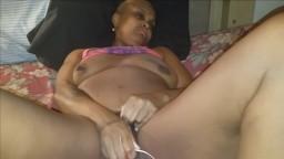 Cette jamaicaine du ghetto se masturbe entre deux coups de bite