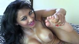 L'indienne à gros seins Jasmine suce ses doigts de pieds - Vidéo porno hd